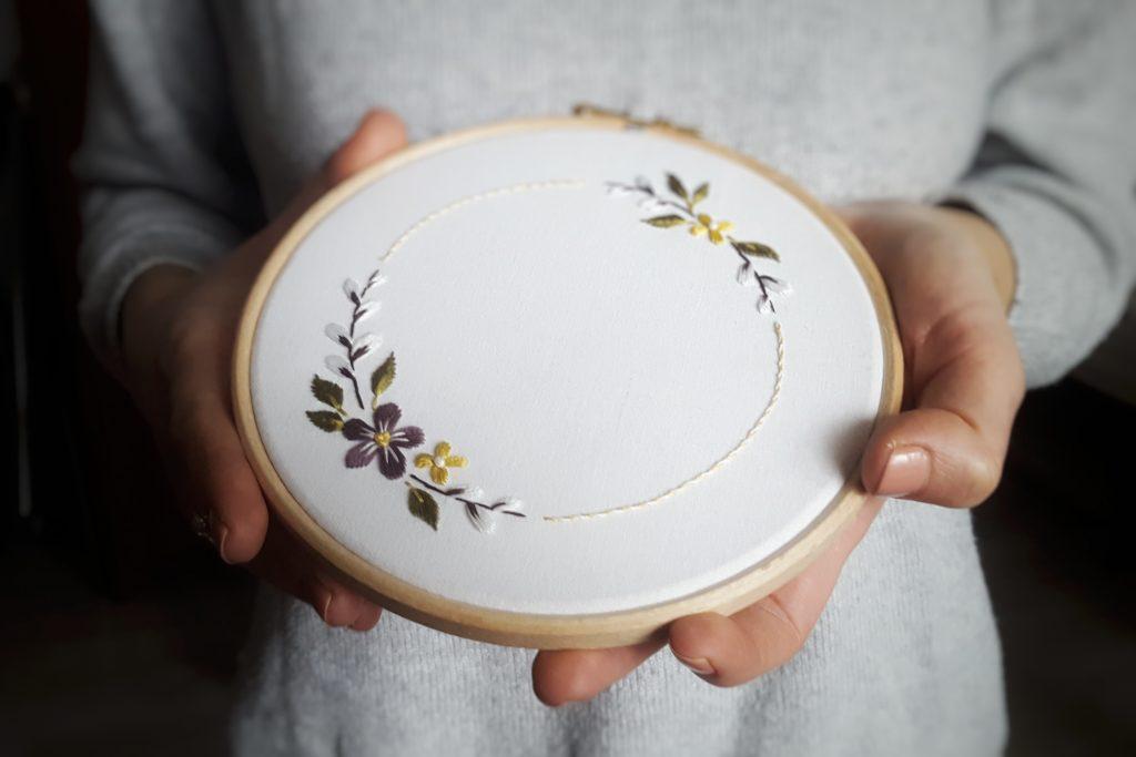 darmowy wzór do haftu wianek z kwiatami świąteczny wiosenny