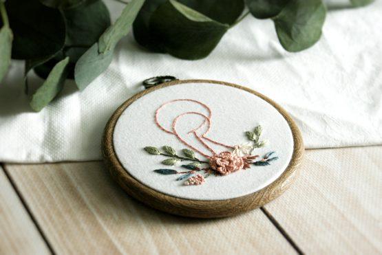 haft ręczny tamborek z kwiatami religijny